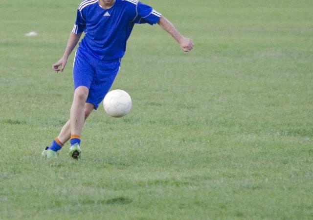 サッカーでボールを飛ばすために一番良い方法は●●●です!