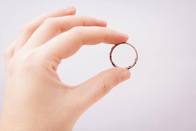 右手の薬指にはめられた指輪・・・実はこんな意味があります!