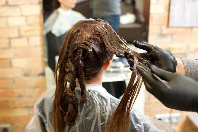 美容院のヘアカラーで頭皮に痛みを感じる原因と対策について