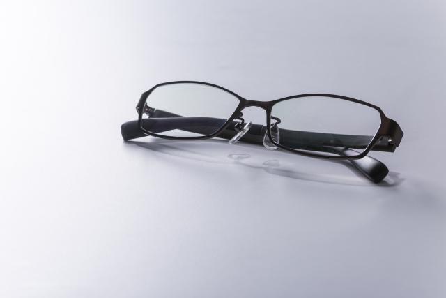眼鏡は視力がいくつから使うの?子供の視力低下には心配な病気も