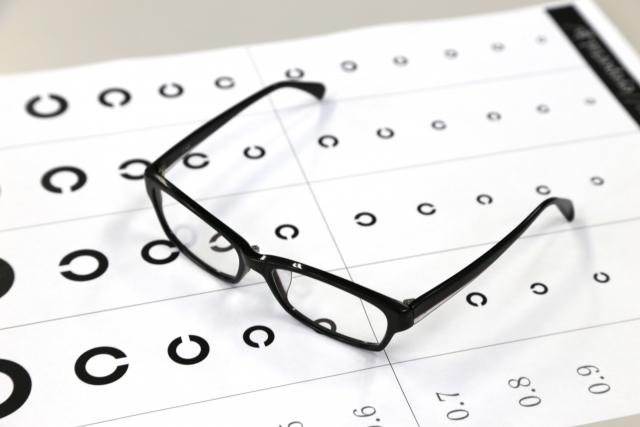 片目だけ視力低下したら眼鏡が必要?大切なのは目の健康!